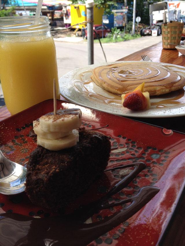 Vegan pancakes and cake at Como en mi Casa, Costa Rica