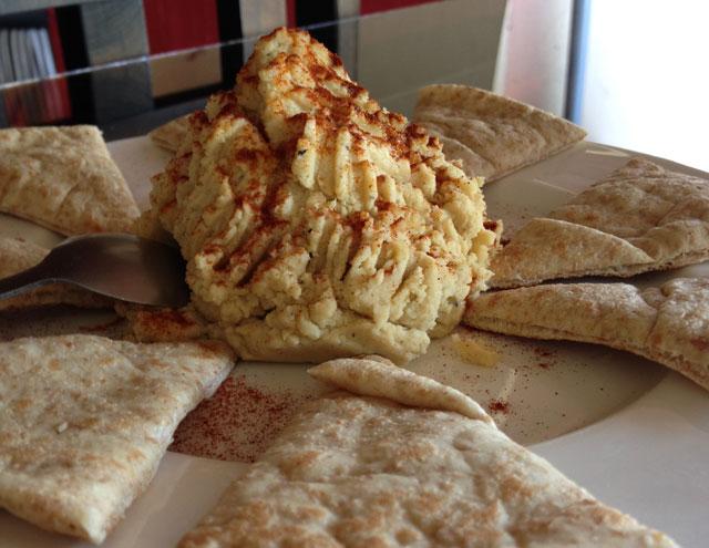 Pita and hummus from El Chante Vegano